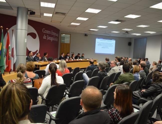 a foto mostra o público da plenária, de costas