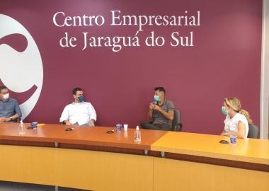 Família de viajantes visita Jaraguá do Sul e reconhece importância de modelo de associativismo da região